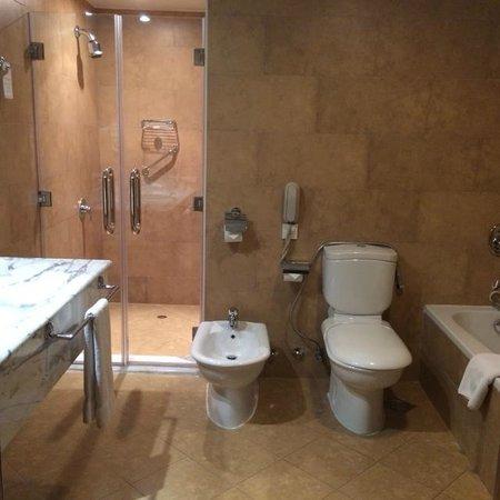 Swiss-Belhotel Doha: Bathroom and.....bidet!