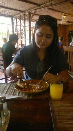 Basaya Beach Hotel & Resort: Dining
