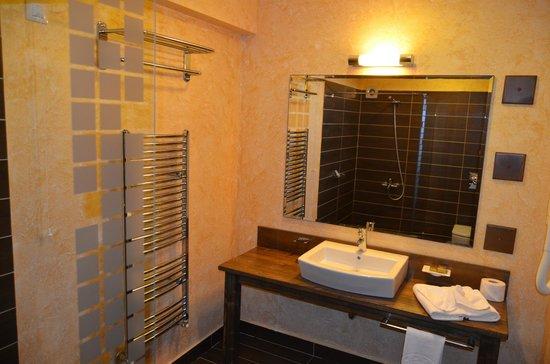 Park Hotel Izida: The bathroom