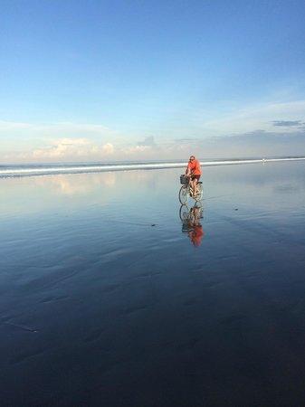 Anantara Seminyak Bali Resort: beach at low tide direct in front of hotel