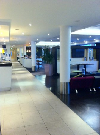 Holiday Inn Express Dundee: lobby and bar