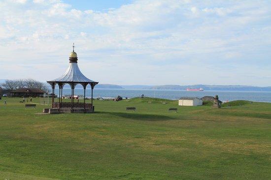 Braeval Hotel: Blick vom Hotel üner den golfplatz-ähnlichen Strand