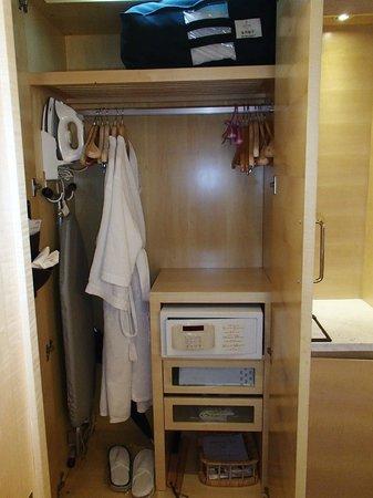 Jin Jiang Tower Hotel: Closet