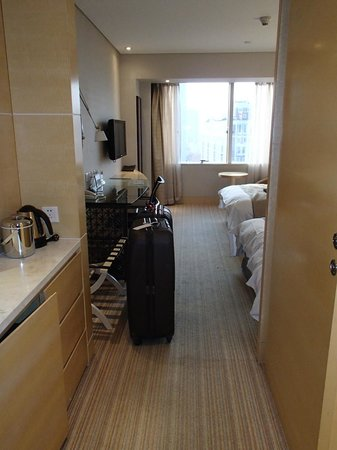 Jin Jiang Tower Hotel: View of room from hallway
