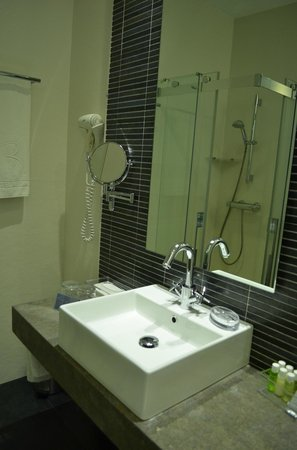 Hotel Regina: Room 134 bathroom