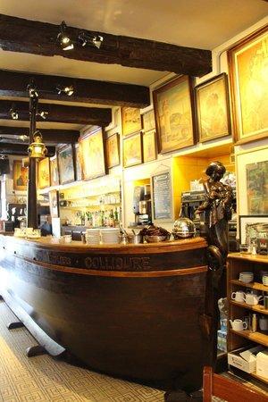 Les Templiers: magnifique comptoir en bois et galeries de tableaux !