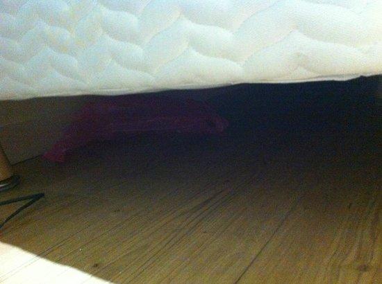 Hôtel Icare : affaire des clients d'avant sous le lit