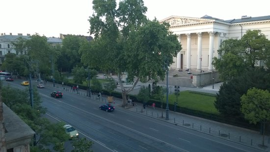 Budapest Museum Central: The view from our balcony to Múzeum körút and the National Museum.