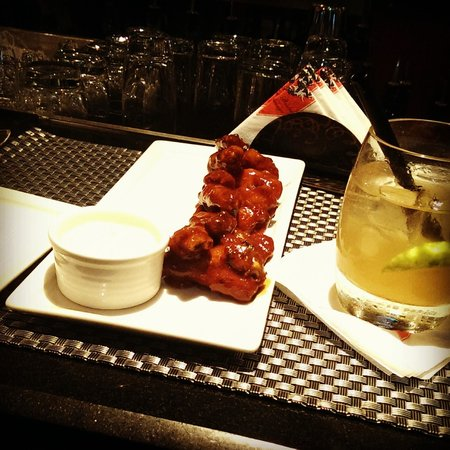 Brew Bistro & Lounge : Chicken wings and a Cocktail