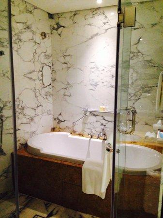Ramada Jumeirah: Bathroom