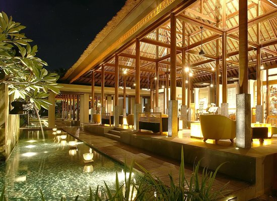 Legian Beach Hotel: Lobby at Night
