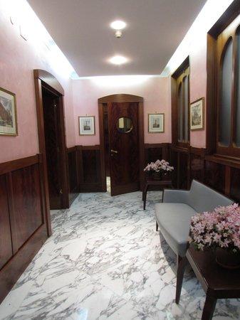 Tiziano Hotel : Hall leading to breakfast area