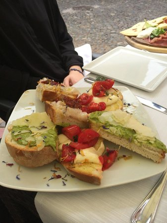 Osteria moderna Lucone Vino e Cucina : Piatto di bruschette