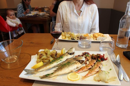 Can Pla: parillade de poissons : loup , daurade , rougets, et calamars !