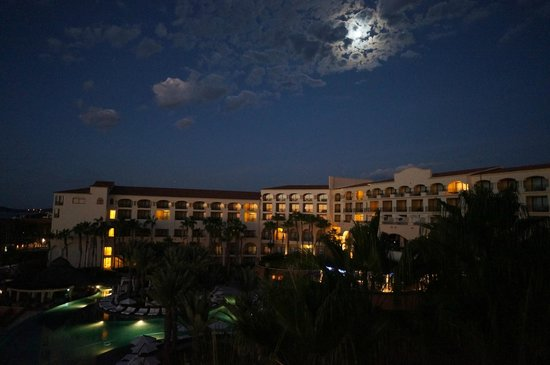 Hilton Los Cabos Beach & Golf Resort: Moonrise over the hotel -