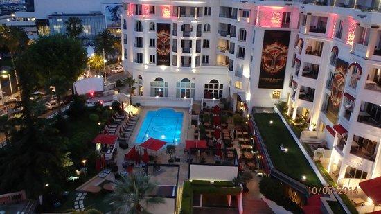 Hôtel Barrière Le Majestic Cannes: Vue piscine de la chambre