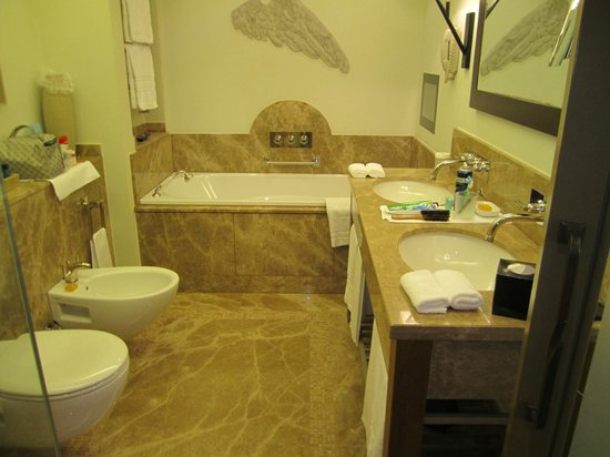 Augustine, a Luxury Collection Hotel, Prague: Bathroom