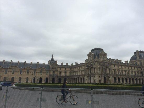 Louvre Museum: вид днем