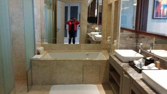 Resorts World Sentosa - Equarius Hotel: Finally a big bathtub!!