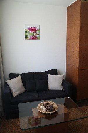 Flora Hotel Möhringen: Couch / Zimmer