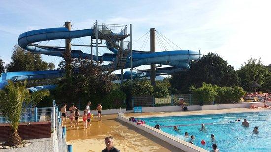 Domaine des Naiades: Vue sur la piscine, tres bien orientee et securisee pour les enfants!