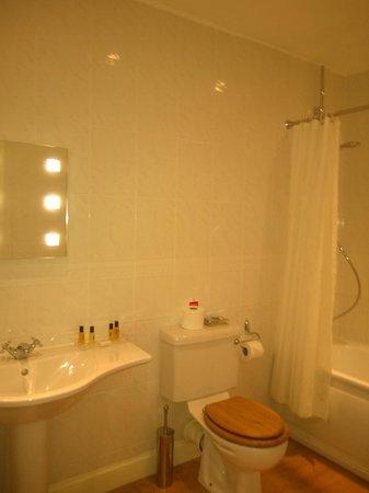 Little Court: Lovely spacious bathroom
