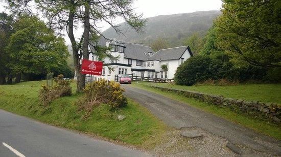Lochranza Youth Hostel: Hostel from the road