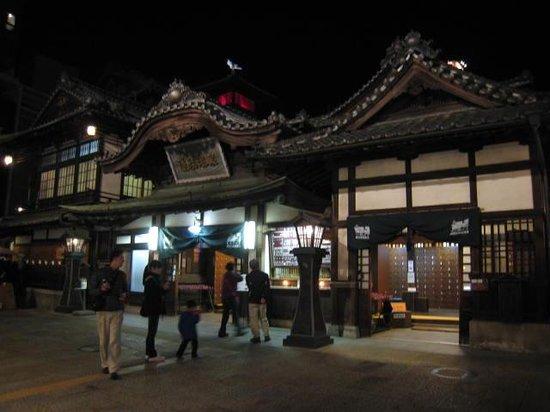 Dogo Onsengai: 道後温泉(夜)この前にある道が温泉街