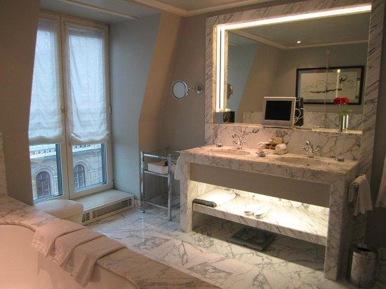 Hotel Sacher Wien: Marble bathroom