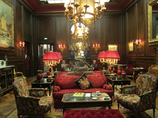 Hotel Sacher Wien: Sitting room off lobby