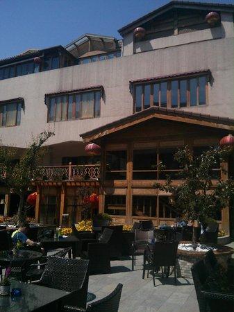 Red Wall Garden Hotel: Hotel ground