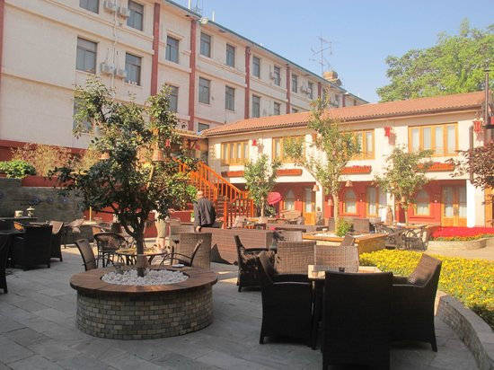 Red Wall Garden Hotel: Outdoor seating area