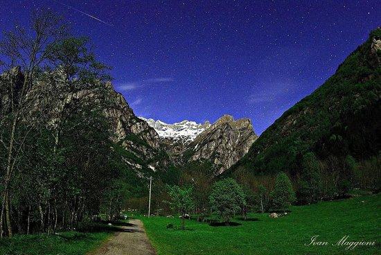 Riserva Naturale Val di Mello : Nonostante la luna si riescono a far foto ad un paesaggio stupendo anche la notte