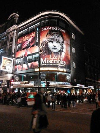 Les Miserables London: シアター前