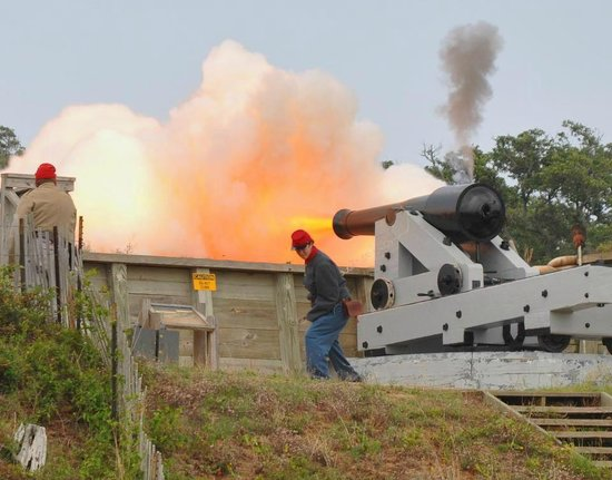 Kure Beach, NC: Volunteers fire the 32-pound Seacoast cannon during the summer