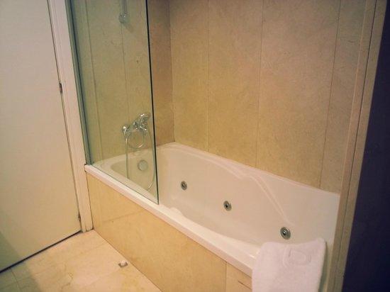 Ayre Hotel Astoria Palace : baignoire