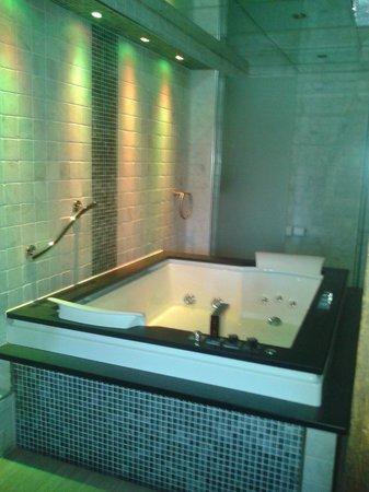 Best Western Premier Doncaster Mount Pleasant Hotel: Double jacuzzi bath