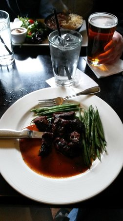 Solas Pub: Steak tips with green beans