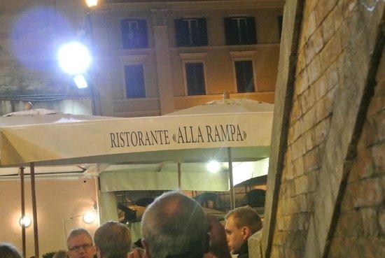 Alla Rampa: Tavolo all'aperto sotto la rampa