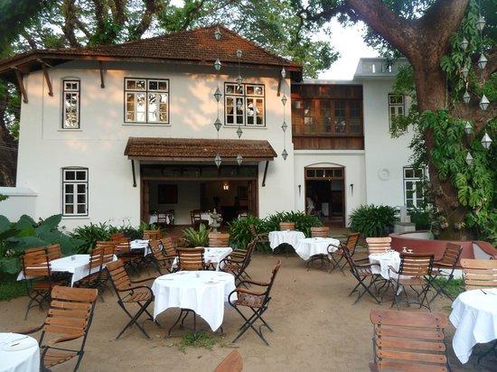 Old Harbour Hotel : Old Habour - le jardin et le restaurant