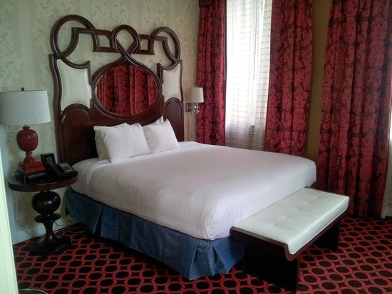 Kimpton Hotel Monaco Chicago: You'll just sleep away in this bed, very comfy!!
