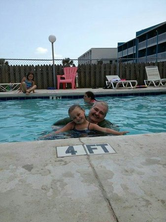 South Wind Motel : Me and my granddaughter enjoying the pool