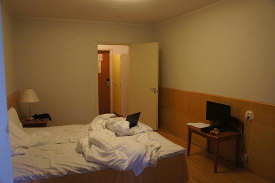 Hotel Rantapuisto : вот такой обычный номер, зато с балкона видно морррре