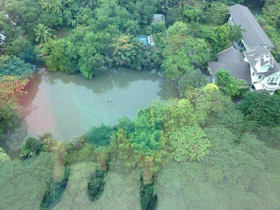 Oriental Residence Bangkok: Vista desde la piscina
