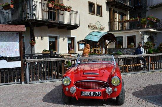 Osteria della Pace: Nos voitures anciennes devant l'Hotel