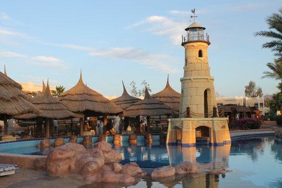 Faraana Reef Resort : basen z falą przy barze