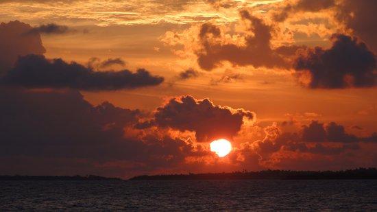 Komandoo Maldives Island Resort: Sonnenuntergang auf Komandoo