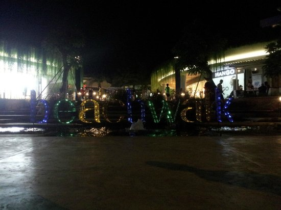 Beachwalk Shopping Center: Beachwalk sing