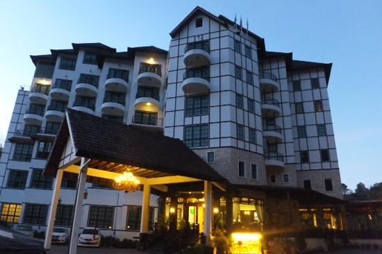 Hotel De' La Ferns: Hotel De'La Ferns frontage