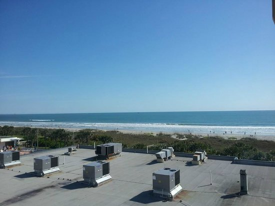 DoubleTree by Hilton Hotel Cocoa Beach Oceanfront : The view from my partial ocean view room balcony.